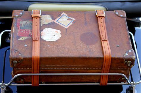 valise dans le porte bagages de la voiture de vintage