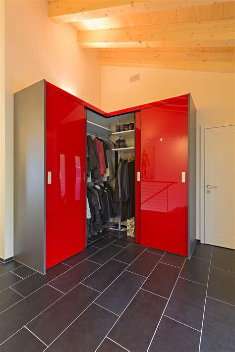 schrank ohne boden schrank 252 ber eck als garderobe in hochrotem acrylglas mit