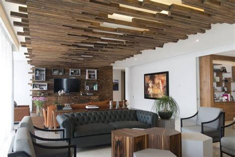 deckenverkleidung wohnzimmer holzverkleidung innen modern und artistisch gestalten