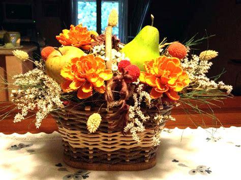 fiore autunnale centrotavola floreali cestini con fiori e frutta dal