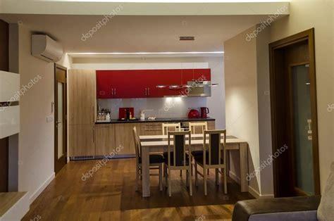 sala de estar o site de cozinha e mesa de jantar em