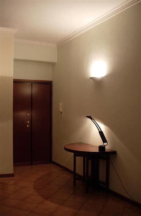 colore pareti ingresso schiarire parete scura semplice e comfort in una casa di