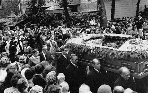 imagenes del funeral de john lennon brian jones was buried in a silver and bronze casket paid