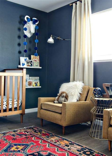 Beau Tapis Chambre Enfant Garcon #3: assortir-les-couleurs-dans-une-chambre-enfant-murs-bleus-foncés-tapis-coloré.jpg