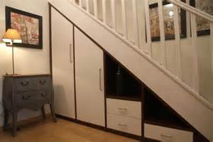 am 233 nager un placard sous les escaliers e constructeurs