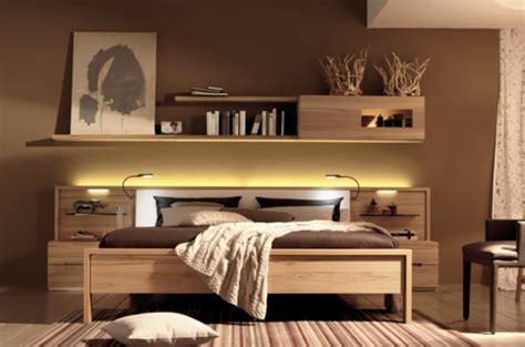 schlafzimmer holz wandregale aus holz schubladen raum sparen bett