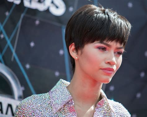 kc undercover with new hairstyle zendaya defends her short hair bet awards style from the