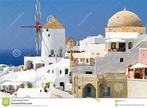 viento del pueblo el molino de viento del pueblo de oia en santorini imagenes de archivo imagen 28641414