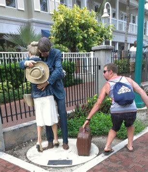 imagenes graciosas y atrevidas las poses m 225 s graciosas y atrevidas junto a estatuas