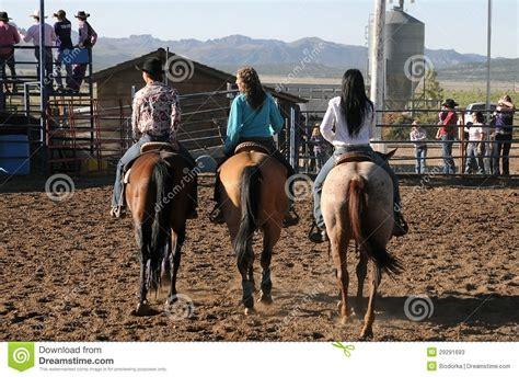 imagenes de vaqueras y caballos vaqueras en caballos foto de archivo editorial imagen de