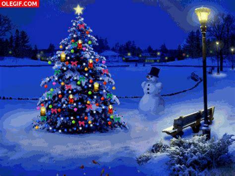 gif 193 rbol de navidad luciendo junto a un mu 241 eco de nieve