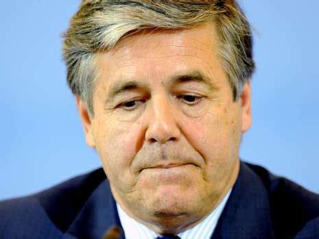 deutsche bank geld wechseln josef ackermann deutsche bank chef entgeht anschlag mit