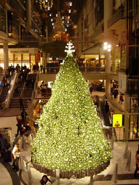 file eaton centre christmas tree jpg wikimedia commons