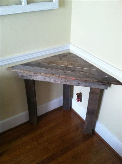 Small Desk Table Easy Corner Desk Out Of Pallet Wood Also Would Be A Great Corner Bench Seat For A Small Space