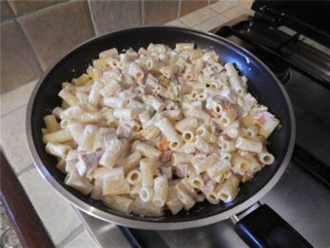 pasta con fiori di zucca e panna pasta con fiori di zucca panna e prosciutto