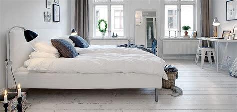 nordic decor inspiration in two colorful homes dormitorios de matrimonio de estilo n 243 rdico