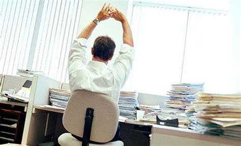 esercizi in ufficio 5 semplici posizioni da eseguire seduti alla scrivania