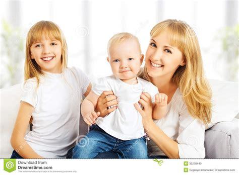 imagenes reflexivas para hijos familia feliz en casa en el sof 225 madre e hija e hijo foto
