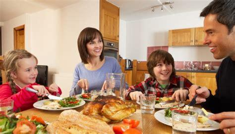 Meja Makan Cantika 6 manfaat kala keluarga sering makan malam bersama