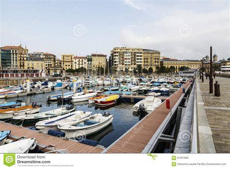 boten in rotterdamse haven gezicht van de haven van san sebastian donostia met boten