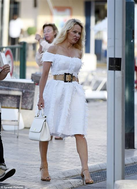 Pam Caigns Against Kfc Postage St by Shows Tiny Waist In St Tropez