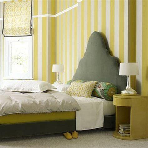 nachttisch gelb 25 dekoration ideen f 252 r die wand hinter dem bettkopfteil