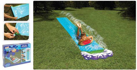 wasserrutsche garten kinder wasserrutsche mit sprinkler f 252 r wiese wasserspa 223