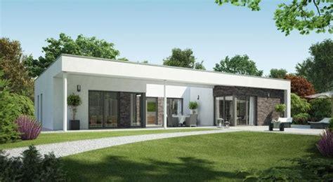 fertighaus aus beton fertigteilen okal fertighaus bungalow aussenansicht garten okal