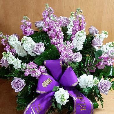 fiori in italia composizione fiori lilla e bianco fiori per funerale a