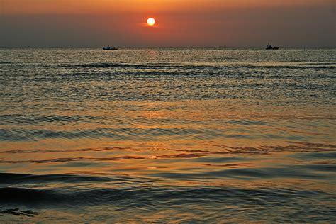 sulla spiaggia pescatori sulla spiaggia di rimini all alba foto