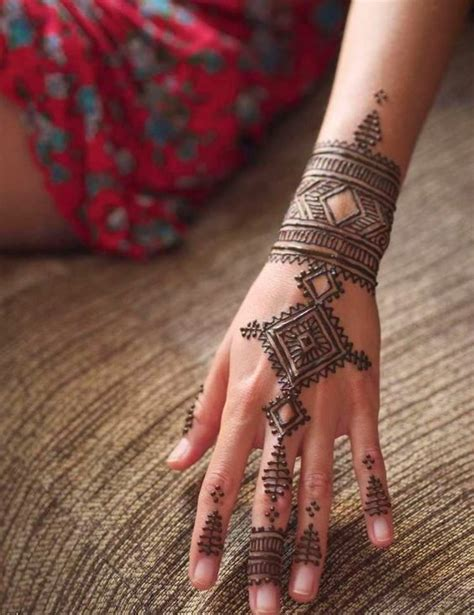 picture of moroccan inspired henna tattoo on fingers hand