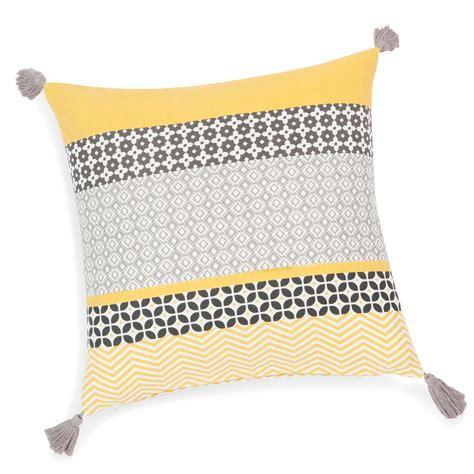 housse coussin jaune housse de coussin 224 pompons en coton jaune grise 40 x 40 cm maisons du monde