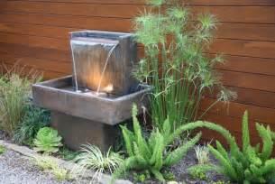 garten springbrunnen mit beleuchtung brunnen und wasserspiele im garten selber bauen 70 bilder