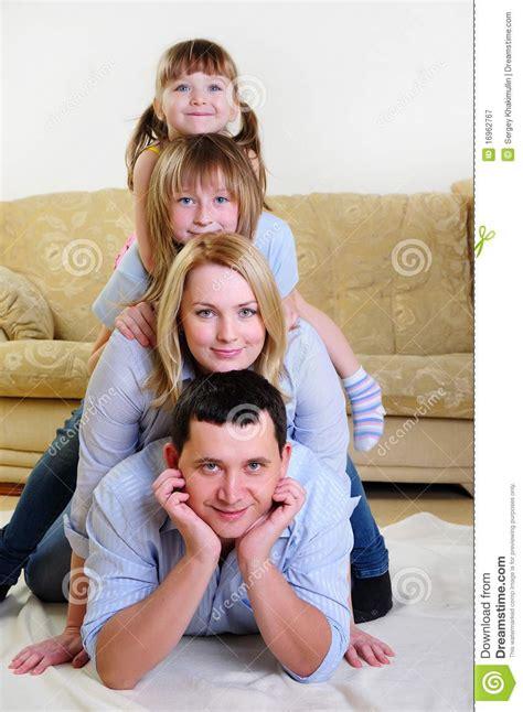 papa coge con su hija mam 225 pap 225 y sus dos hijas fotograf 237 a de archivo libre de