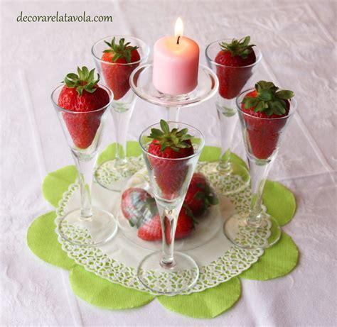 centrotavola con bicchieri centrotavola con bicchierini e fragole decorare la tavola