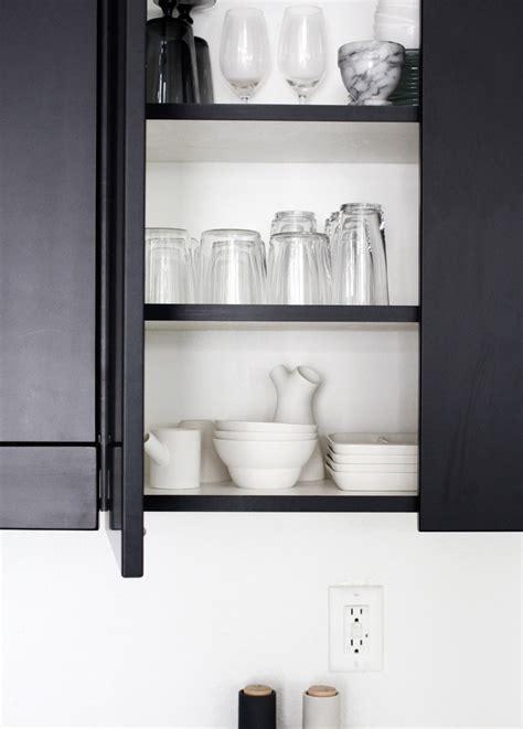 schwarze küche landhausstil wohnzimmer rosa