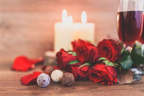 imagenes de rosas con velas copas de vino con velas encendidas y un ramo de rosas