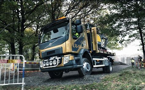 volvo trucks photos volvo trucks fl 4x4 photo gallery autoblog