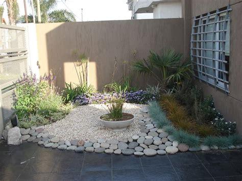 imagenes de jardines con piedras de rio foto jardin con piedra bola de rio de jardineria garces