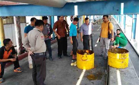 Minyak Kelapa Sawit Mentah minyak sawit pt naga tumpah saat diisi ke kapal tanker india