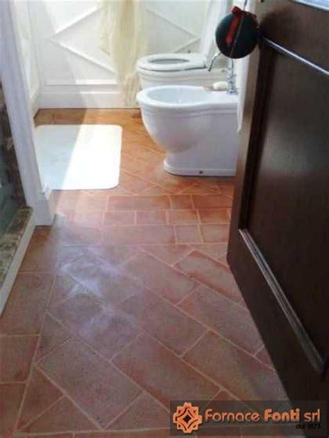 bagni in cotto pavimentazione e scala interna