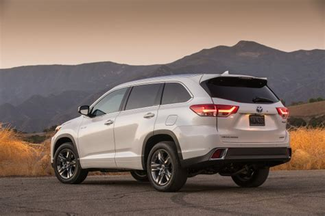 toyota highlander vs nissan pathfinder 2017 nissan pathfinder vs 2017 toyota highlander compare