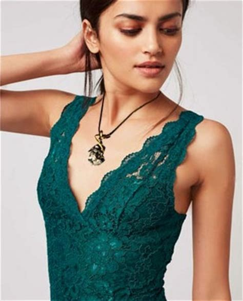 how to choose a necklace according to neckline of top dress