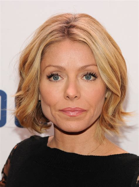 pictures of kelly ripas new hairstyle kelly ripa short wavy cut kelly ripa looks stylebistro