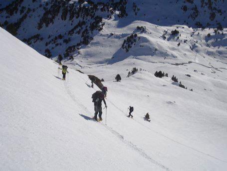 originelle wandlen wandelen op sneeuwschoenen in ariege de pyrenee 235 n