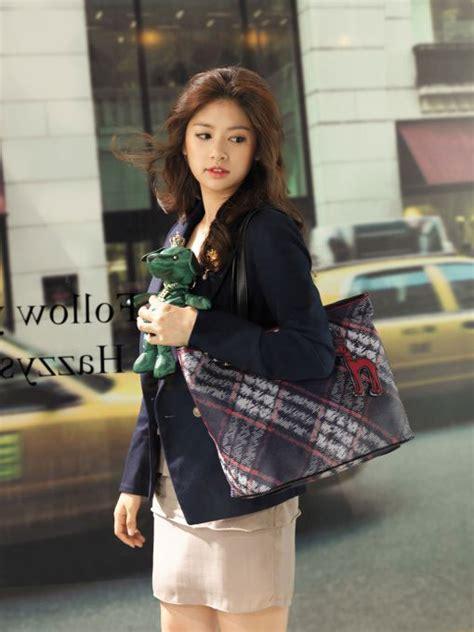 Sepatu Jang Denim trend fashion tips tips dalam berbusana jung so min poses