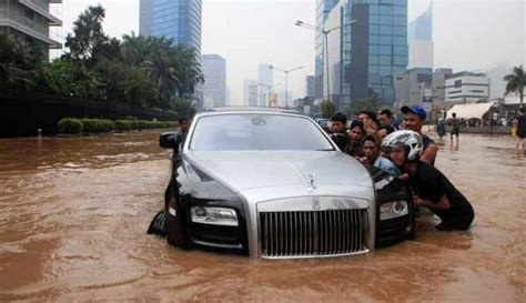 roll royce harga foto mobil roll royce phantom mogok banjir jakarta 2013