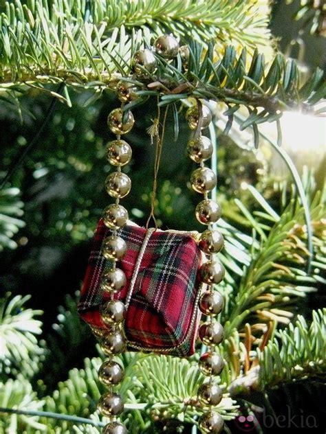 193 rbol de navidad decorado con un collar dorado y regalitos