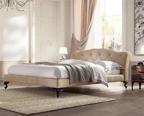 letti eleganti george un elegante letto con piedi a sciabola in alluminio