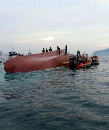 tugboat captain qualifications 6 killed 5 injured on capsize of fishing boat the korea